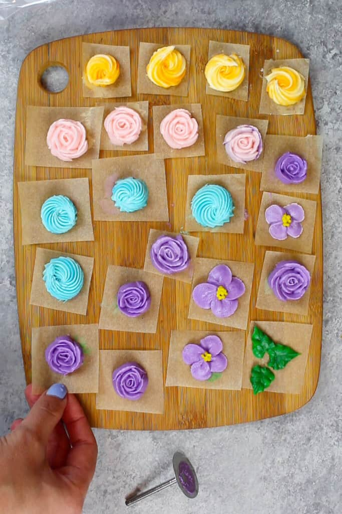 pretty and easy piped buttercream flowers