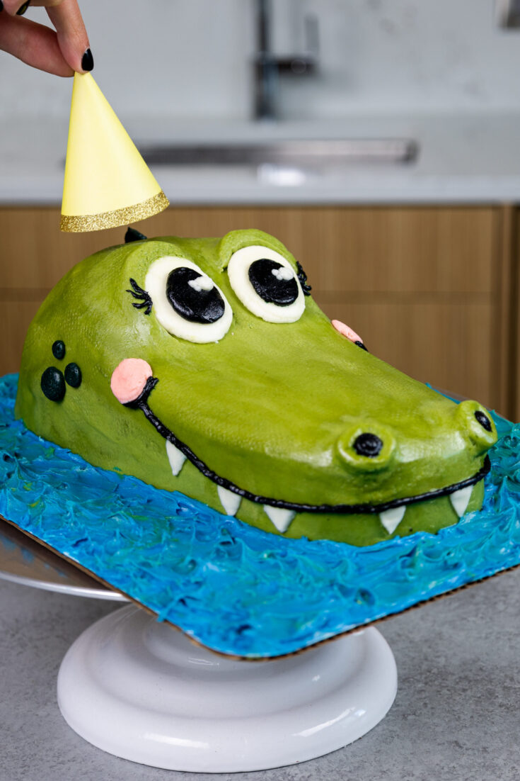 image of a cute and easy to make crocodile made with buttercream and vanilla buttercream